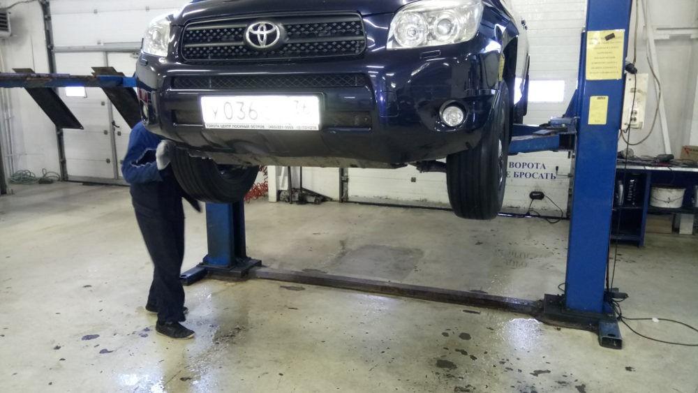 Замена масла в двигателе Toyota RAV4 третьего поколения CA30W - поддъемник