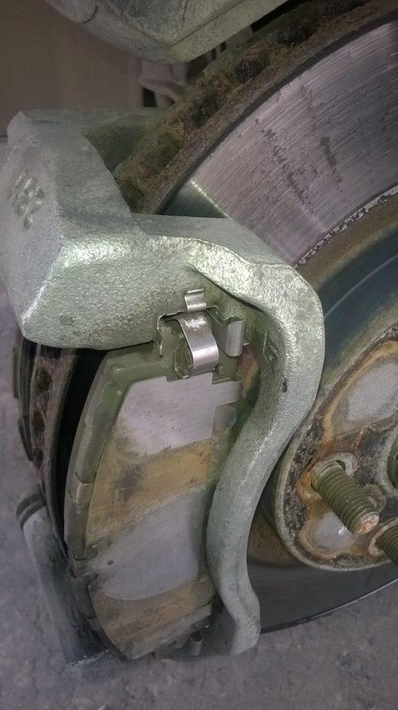 Замена передних тормозных колодок на RAV4 3-го поколения - колодки