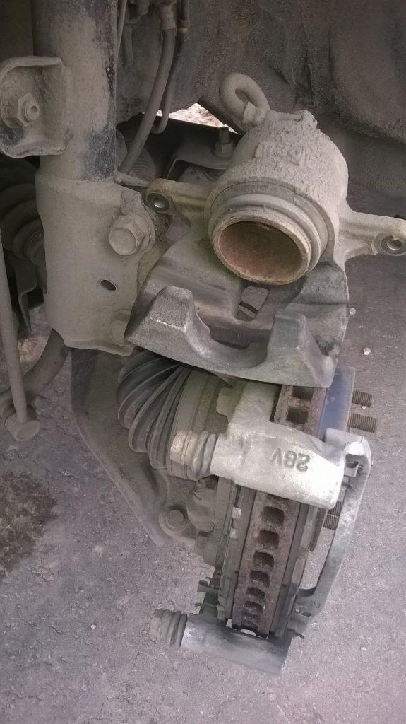 Замена передних тормозных колодок на RAV4 3-го поколения - снятый суппорт