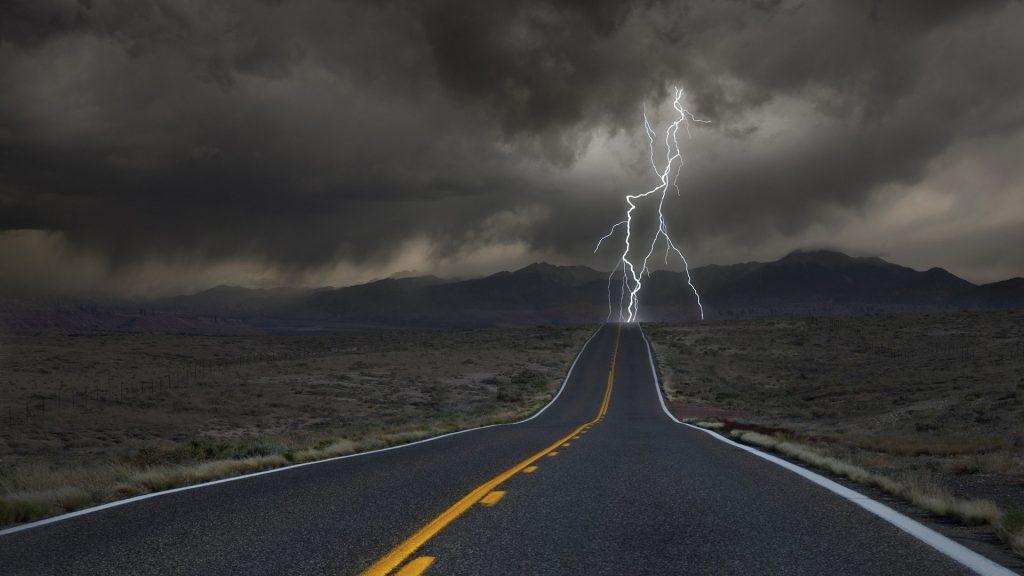 Фото молнии в дороге