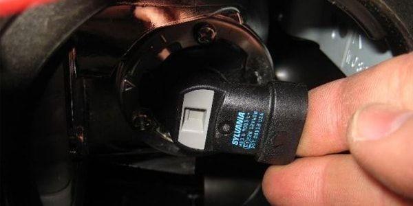 RAV-4 замена лампы ближнего света (1 поколение) - лампочка