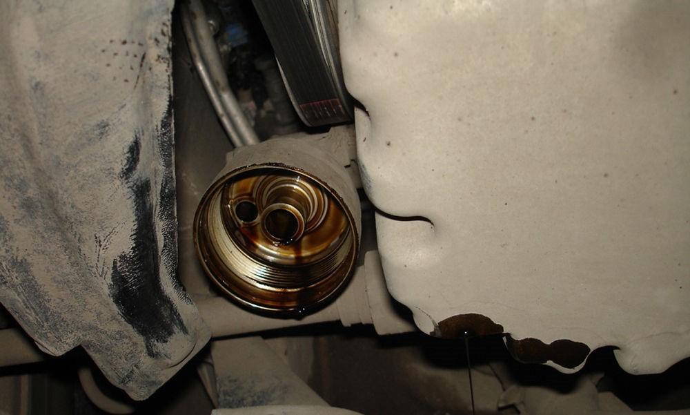 Замена масла в двигателе Toyota RAV4 третьего поколения CA30W - отверстие под маслянный фильтр