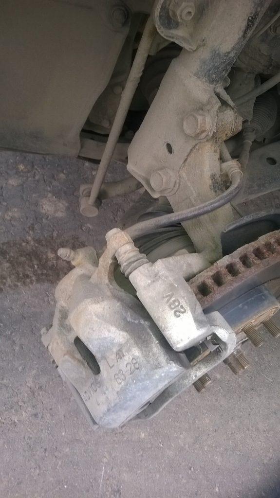 Замена передних тормозных колодок на RAV4 3-го поколения - суппорт